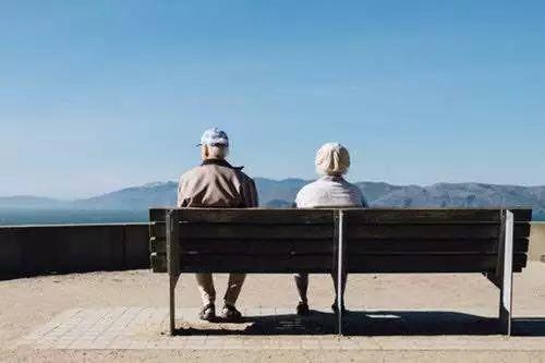 当你为变老焦虑,你的父母已经思考过死亡了 | KY调查:50岁后,他们每天在想什么?