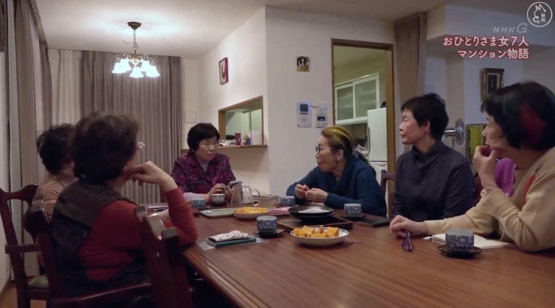 一辈子没结婚,7个单身女人买房同居10年,80岁了还染发、化妆、四处去浪……把老年生活过成了诗